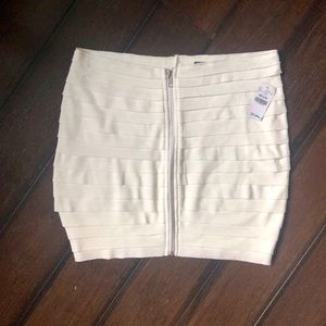 NWT WET SEAL WHITE  SKIRT WITH FRONT ZIPPER SZ M